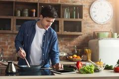 Gelukkige mens die gezond voedsel in keuken voorbereiden stock foto