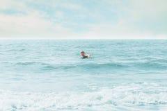 Gelukkige mens die in het overzees zwemmen Stock Fotografie