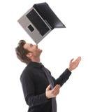 Gelukkige mens die laptop op zijn neus in evenwicht brengt royalty-vrije stock foto's