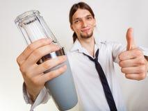 Gelukkige mens die met schudbeker cocktaildrank maken stock afbeelding
