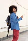 Gelukkige mens die met zak en mobiele telefoon lopen Royalty-vrije Stock Afbeeldingen