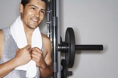 Gelukkige Mens die op Barbell na Training rusten Stock Fotografie