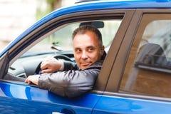 Gelukkige mens die Op middelbare leeftijd een auto drijven royalty-vrije stock foto's