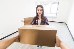 Gelukkige mens die pakketdoos leveren aan klantenhuis royalty-vrije stock afbeeldingen