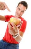 Gelukkige mens die in rood overhemd de appel richten Stock Afbeelding