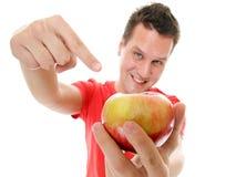 Gelukkige mens die in rood overhemd de appel richten Stock Foto