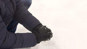 Gelukkige mens die in sneeuwballen in een sneeuwpark speelt stock videobeelden