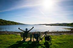 Gelukkige mens die van aard met fiets genieten royalty-vrije stock foto's