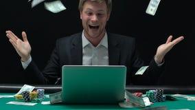Gelukkige mens die van overwinning in regen van geld, sporten genieten die, online casino wedden stock videobeelden