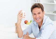 Gelukkige mens die van zijn koffie geniet tijdens een onderbreking Royalty-vrije Stock Afbeeldingen