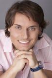 Gelukkige mens in een roze overhemd stock foto
