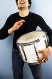 Gelukkige mens het spelen trommel Royalty-vrije Stock Foto's