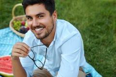 Gelukkige mens Knap Glimlachend Jong Mannetje in openlucht in Park Royalty-vrije Stock Fotografie