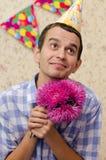 Gelukkige mens met bloemen Royalty-vrije Stock Fotografie