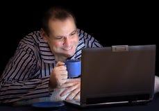 Gelukkige mens met computer stock afbeelding