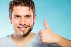 Gelukkige mens met het half geschoren haar van de gezichtsbaard stock afbeelding