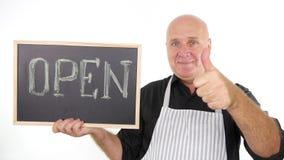 Gelukkige Mens met Open die Word op Bordglimlach en Duimen wordt uitgewerkt stock videobeelden