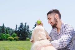 Gelukkige mens met zijn golden retriever stock fotografie