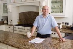 Gelukkige mens in moderne keuken Stock Foto's