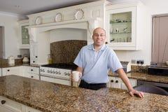 Gelukkige mens in moderne keuken Stock Afbeelding