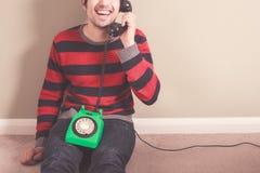 Gelukkige mens op de telefoon Stock Afbeeldingen