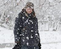 Gelukkige mens in sneeuwvlokken Stock Fotografie