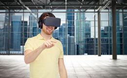 Gelukkige mens in virtuele werkelijkheidshoofdtelefoon of 3d glazen Royalty-vrije Stock Foto's