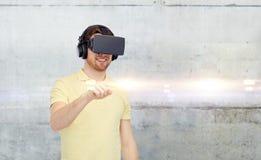 Gelukkige mens in virtuele werkelijkheidshoofdtelefoon of 3d glazen Stock Foto