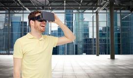 Gelukkige mens in virtuele werkelijkheidshoofdtelefoon of 3d glazen Royalty-vrije Stock Afbeeldingen