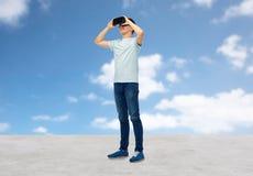 Gelukkige mens in virtuele werkelijkheidshoofdtelefoon of 3d glazen Stock Fotografie