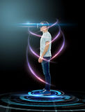 Gelukkige mens in virtuele werkelijkheidshoofdtelefoon of 3d glazen Stock Foto's