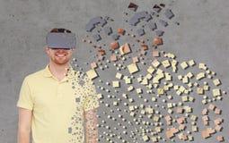 Gelukkige mens in virtuele werkelijkheidshoofdtelefoon of 3d glazen Royalty-vrije Stock Afbeelding