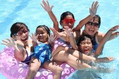 Gelukkige mensen bij de pool stock afbeeldingen