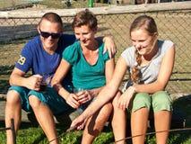 Gelukkige mensen buiten in de zomer het glimlachen Stock Afbeeldingen