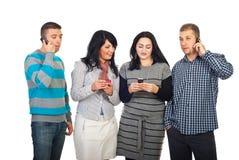 Gelukkige mensen die celtelefoons met behulp van royalty-vrije stock foto