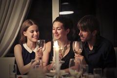 Gelukkige mensen die diner hebben royalty-vrije stock afbeelding