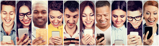 Gelukkige mensen die mobiele slimme telefoon met behulp van stock afbeelding