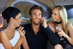 Gelukkige mensen die pret in luxeauto hebben Royalty-vrije Stock Fotografie