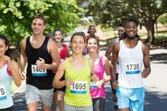 Gelukkige mensen die race in park in werking stellen Stock Foto's