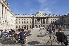 Gelukkige mensen die vierkant van Londen het UK bewonderen Stock Fotografie