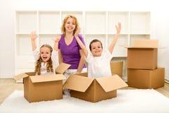 Gelukkige mensen die zich in een nieuw huis bewegen Royalty-vrije Stock Afbeeldingen