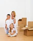 Gelukkige mensen in een nieuw huis stock afbeelding