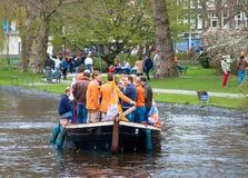 Gelukkige mensen op boot in Koninginnedag 2013 stock afbeeldingen