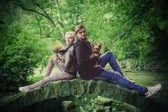 Gelukkige mensen Paar in liefde die pret in openlucht in park met leuke kleine hond hebben royalty-vrije stock foto
