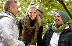 Gelukkige mensen in park het lachen Stock Afbeelding