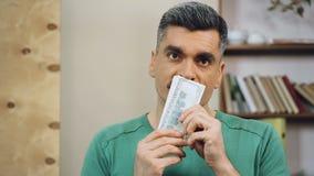 Gelukkige mensen tellende dollars op middelbare leeftijd, onverwachte loterijwinst, gemakkelijk geld stock footage