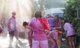 Gelukkige mensen tijdens Batalla del vino Royalty-vrije Stock Afbeeldingen
