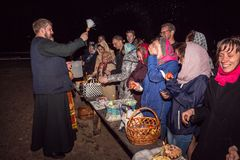 Gelukkige mensen tijdens de nachtdienst Dobrush, Wit-Rusland Royalty-vrije Stock Foto