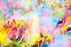 Gelukkige mensen tijdens Festival van kleuren Holi