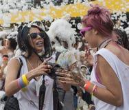 Gelukkige mensen tijdens Festival van kleuren Holi Royalty-vrije Stock Foto